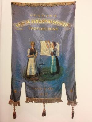 Blå silkefane: Kristiania Vask og Rengjøringskvinders fagforening stiftet 1913.