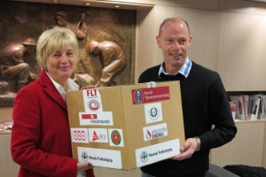 Erna Hagensen og Ole-Kristian Paulsen med nødhjelpspakken